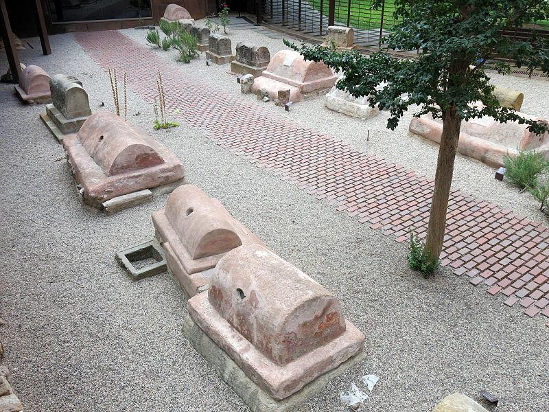 Tumbas romanas en la Plaça de la Vila de Madrid